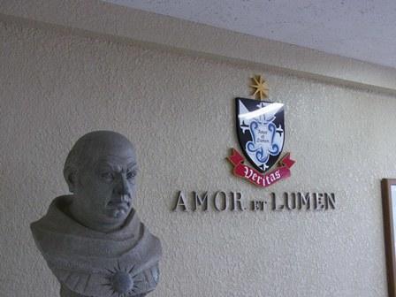 トマス像と紋章.jpg